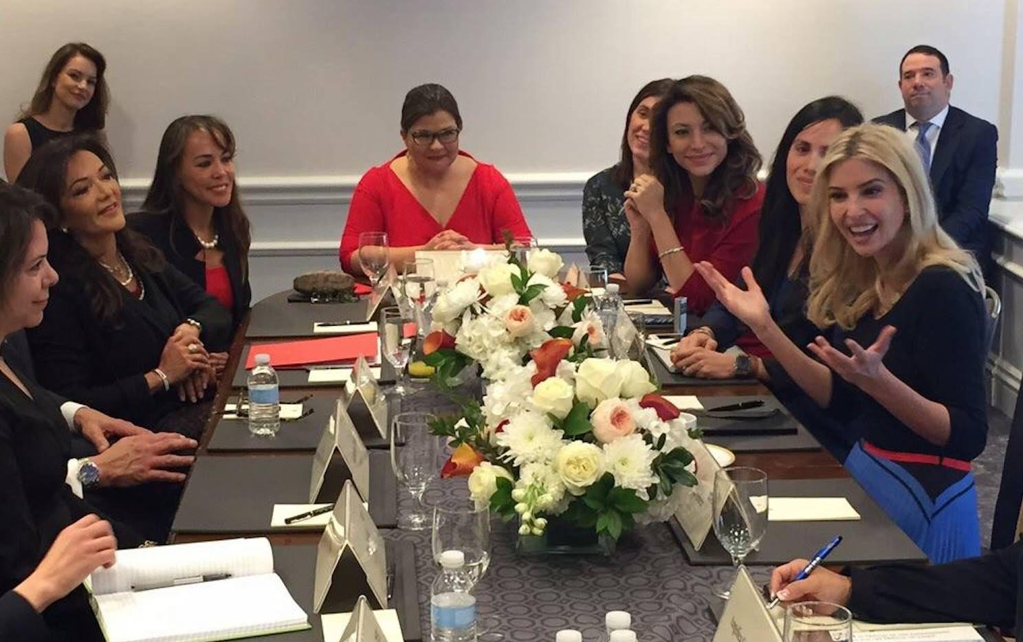 Ivanka Trump, hija del preisidente Donald Trump, fue una de las representantes de la Casa Blanca que se reunieron con una delegación de la U.S. Cámara de Comercio,  Hispana que incluyó a la empresaria de Dallas Nina Vaca-Humrichouse. (Tomada de Facebook)