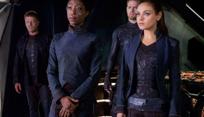 """Mila Kunis (der.) es una inmigrante rusa que descubre que es heredera de un reino galáctico en """"Jupiter Ascending"""". (AP/WARNER BROS.)"""