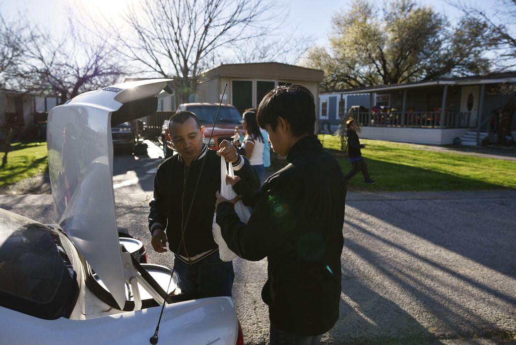 Bryan Ruiz Martínez vende tamales junto a su familia por las tardes tras ir a la escuela, en un complejo de viviendas móviles en Lewisville. Foto de Ben Torres para Al Día