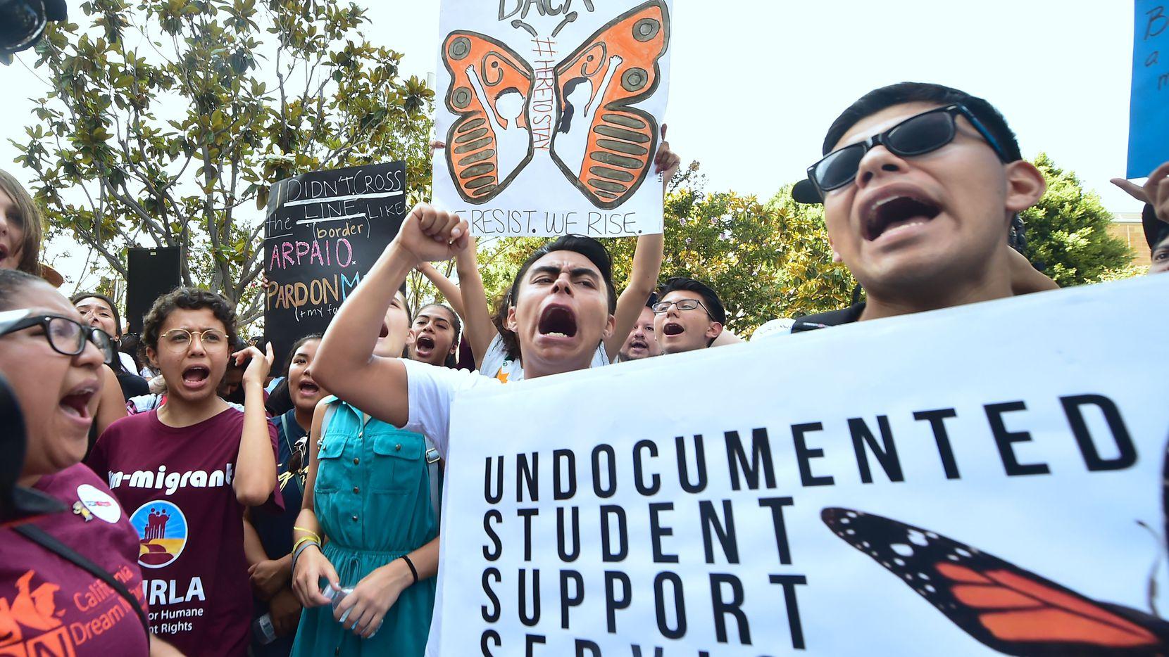 Jóvenes manifestantes protestan en Los Angeles ante la amenaza de eliminar del programa DACA. GETTY IMAGES