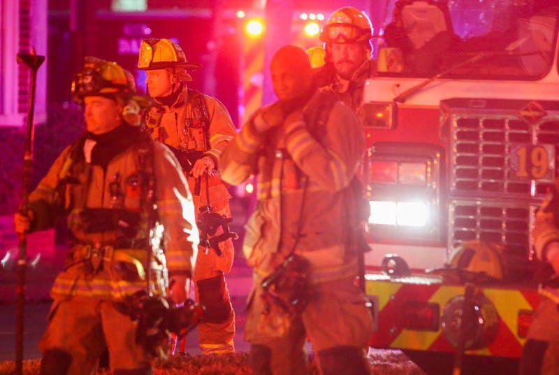 Los bomberos de Dallas acordonaron el area de las calles Canton y César Chávez Boulevard debido a una explosión. RYAN MICHALESKO/DMN