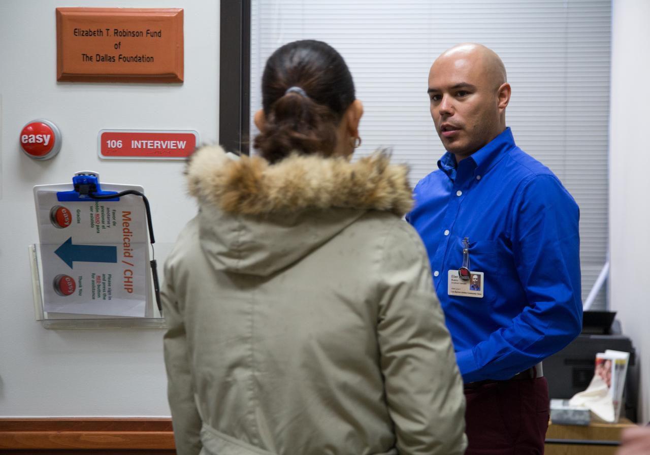Eber Kallel Bueno es uno de los asesores de seguros de salud en la clínica comunitaria Los Barrios Unidos. (ESPECIAL PARA AL DÍA/MARÍA OLIVAS)
