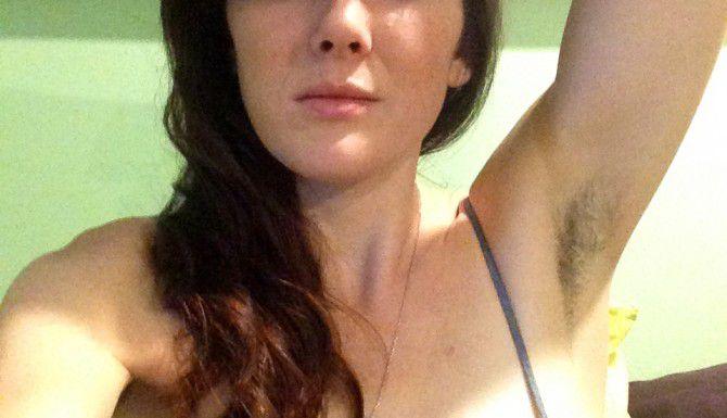 Katherine Anne True muestra sus axilas vía Instagram. Dijo que se dejó crecer el pelo antes de saber que era una tendencia. (AP/KATHERINE ANNE TRU)