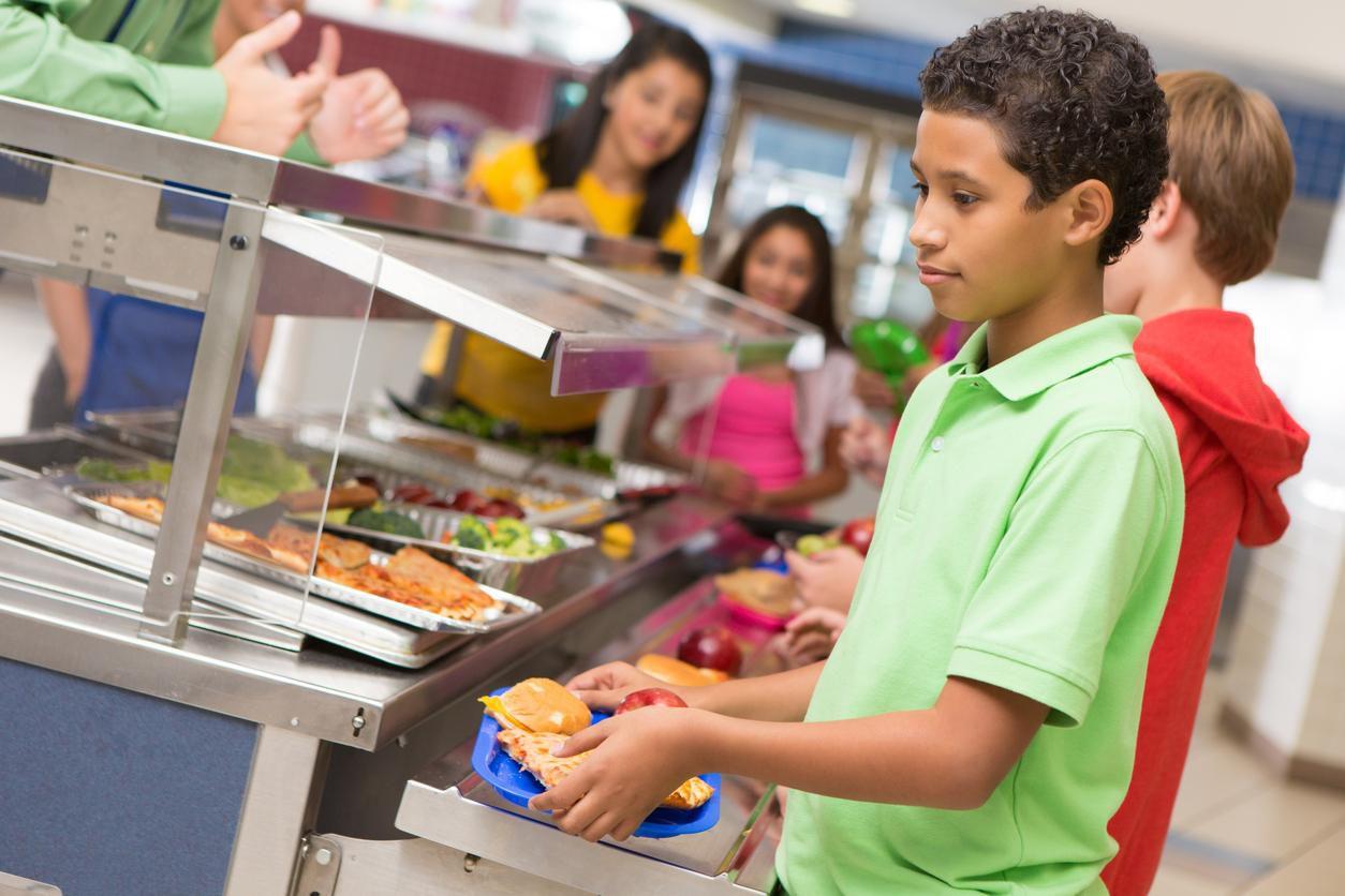 Niños de escuela secundaria toman sus alimentos en la cafetería de la escuela.(GETTY IMAGES)