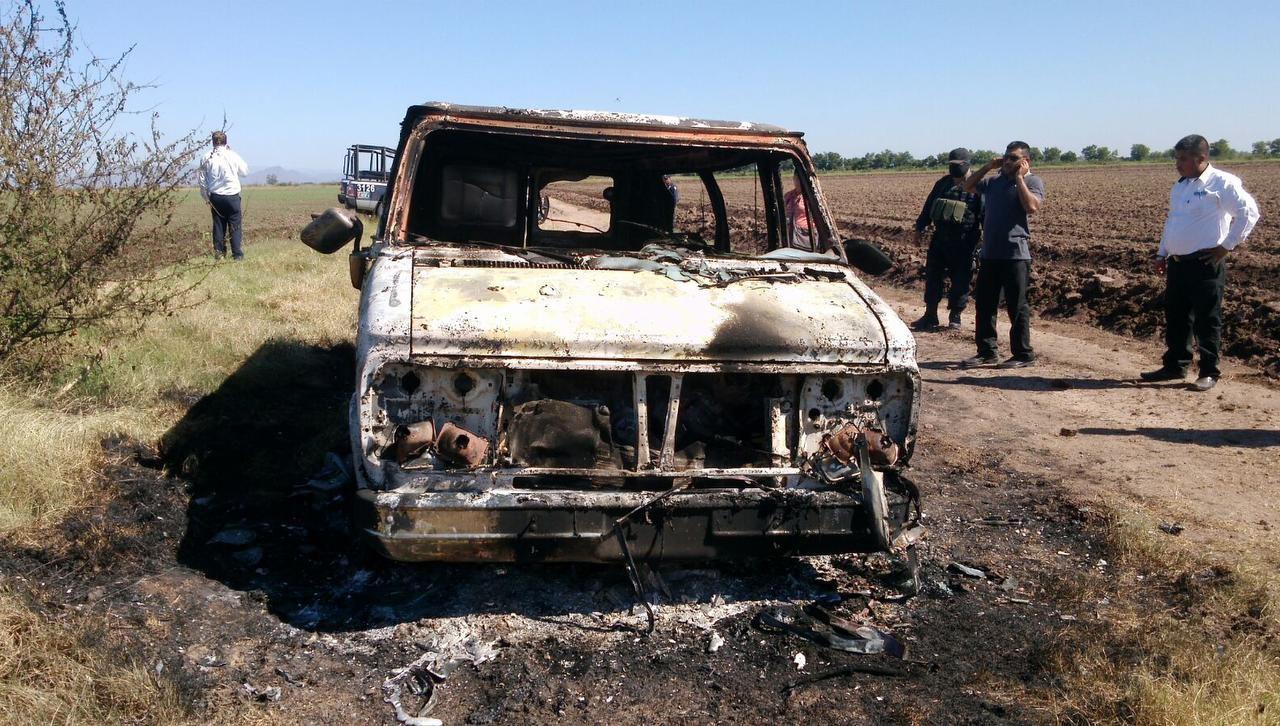 Una camioneta quemada que pertenecía a dos turistas australianos que hallada con dos cadáveres en su interior.(AP)