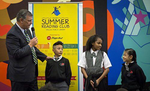 El alcalde Mike Rawlings junto a los estudiantes Christian Orona, Mia Boyd y Kathya Alonso, de la escuela Pegasus. DMN