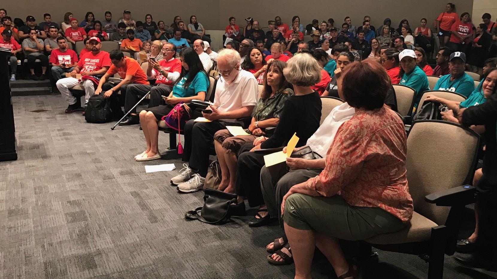 Residentes de Carrollton se reunieron el martes para discutir el programa 287(g)