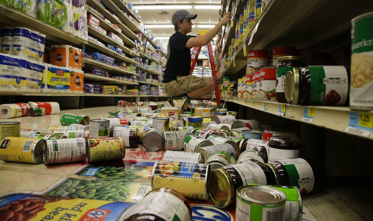 Un empleado de un supermercado en Pownee, Oklahoma, acomoda mercancía que fue derribada por el sismo del sábado en la mañana. (AP)
