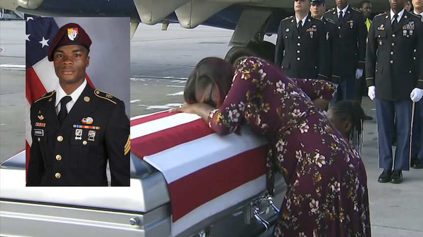 El feretro del soldado La David Johnson es recibido por su esposa en Miami. AP