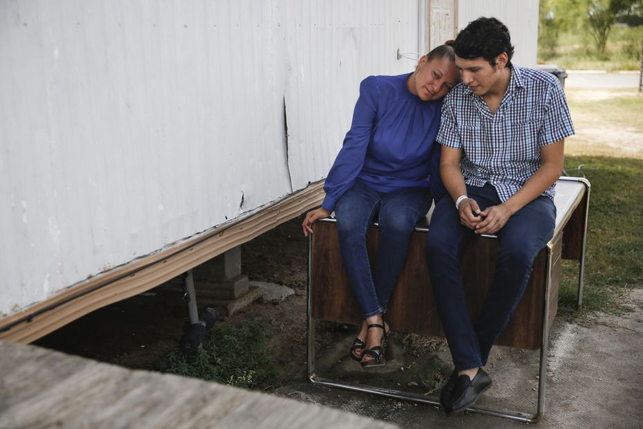Sanjuana Galicia (izq.) junto a su hijo Francisco. Las familias de estatus mixto están siempre en riesgo de ser separadas.