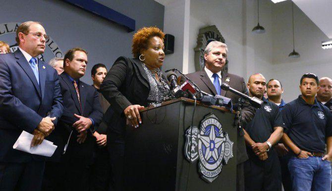 Rochelle Bilal, vicepresidenta de la Asociación Nacional de Policías Negros, y Ron Pinkston (der.), presidente de la Asociación de Policíasde Dallas, criticaron al jefe policiaco de Dallas, David Brown. (DMN/RON BASELICE)