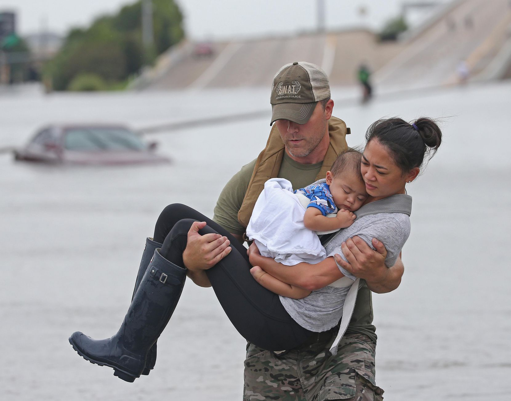 Daryl Hudeck, oficial de SWAT, rescata a Catherine Pham y su bebé de 13 meses. Esta imagen se reprodujo en todo el mundo y se convirtió en símbolo de los rescates durante el huracán Harvey. LOUIS DeLUCA/DMN