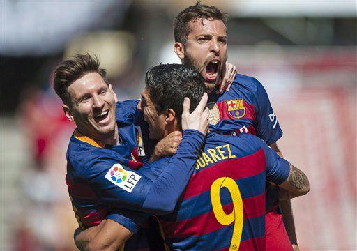 El uruguayo Luis Suárez, celebra con sus compañeros del Barcelona Lionel Messi y Jordi Alba un gol ante el Granada en el duelo disputado en el estadio Los Cármenes de Granada, el sábado 14 de mayo de 2016. (Foto AP/Daniel Tejedor)