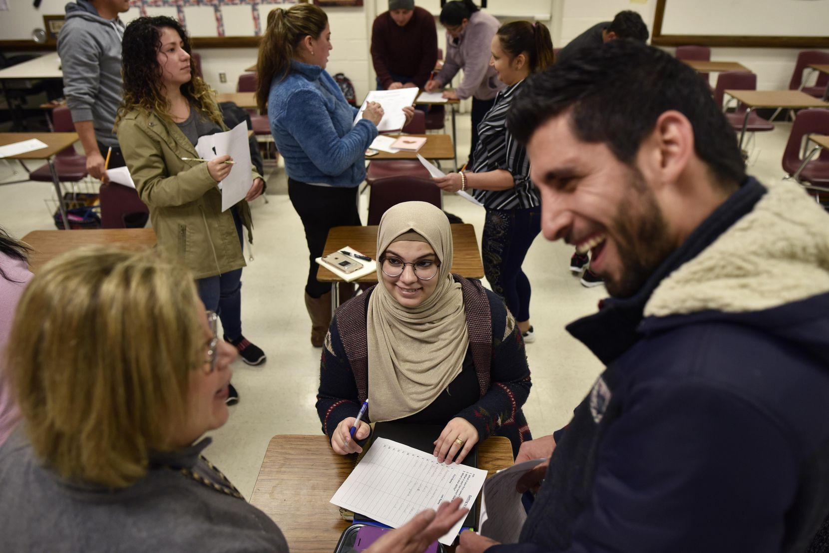 Ala Hamed (centro.) y Juan Pérez trabajan un ejerciciocon la maestra Alicia Benavidez, durante una clase de inglés en la secundaria Austin, en Irving. BEN TORRES/ESPECIAL PARA AL DÍA