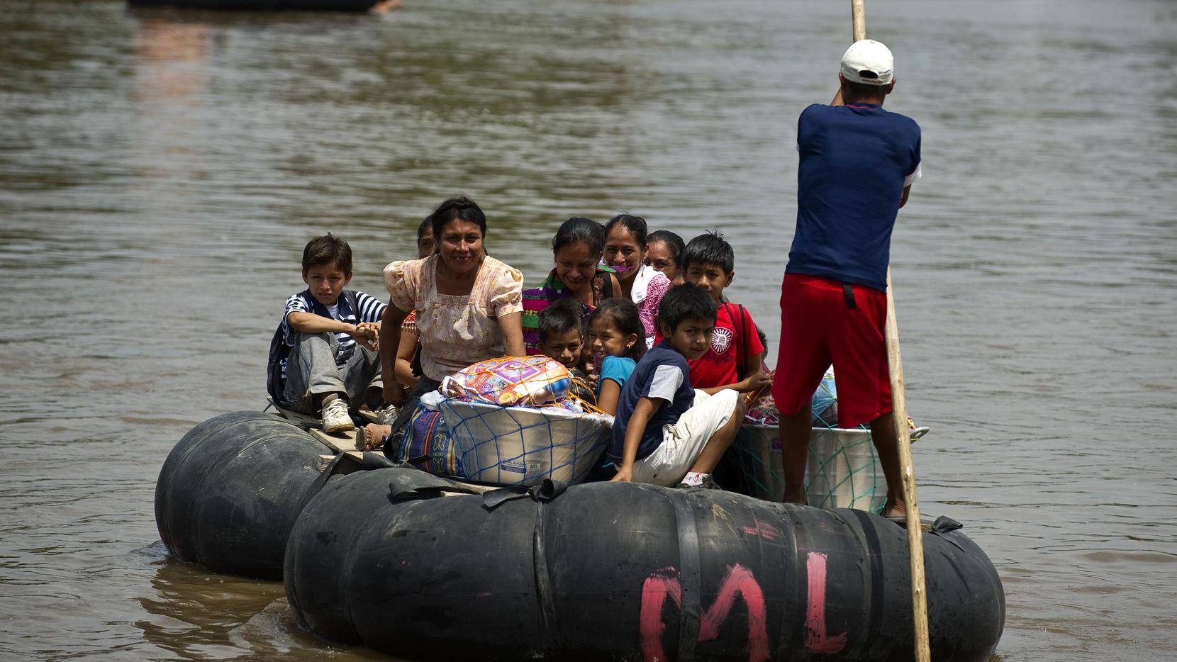 Una balsa improvisada con personas cruzan la frontera de Guatemala con México de manera ilegal.(GETTY IMAGES)