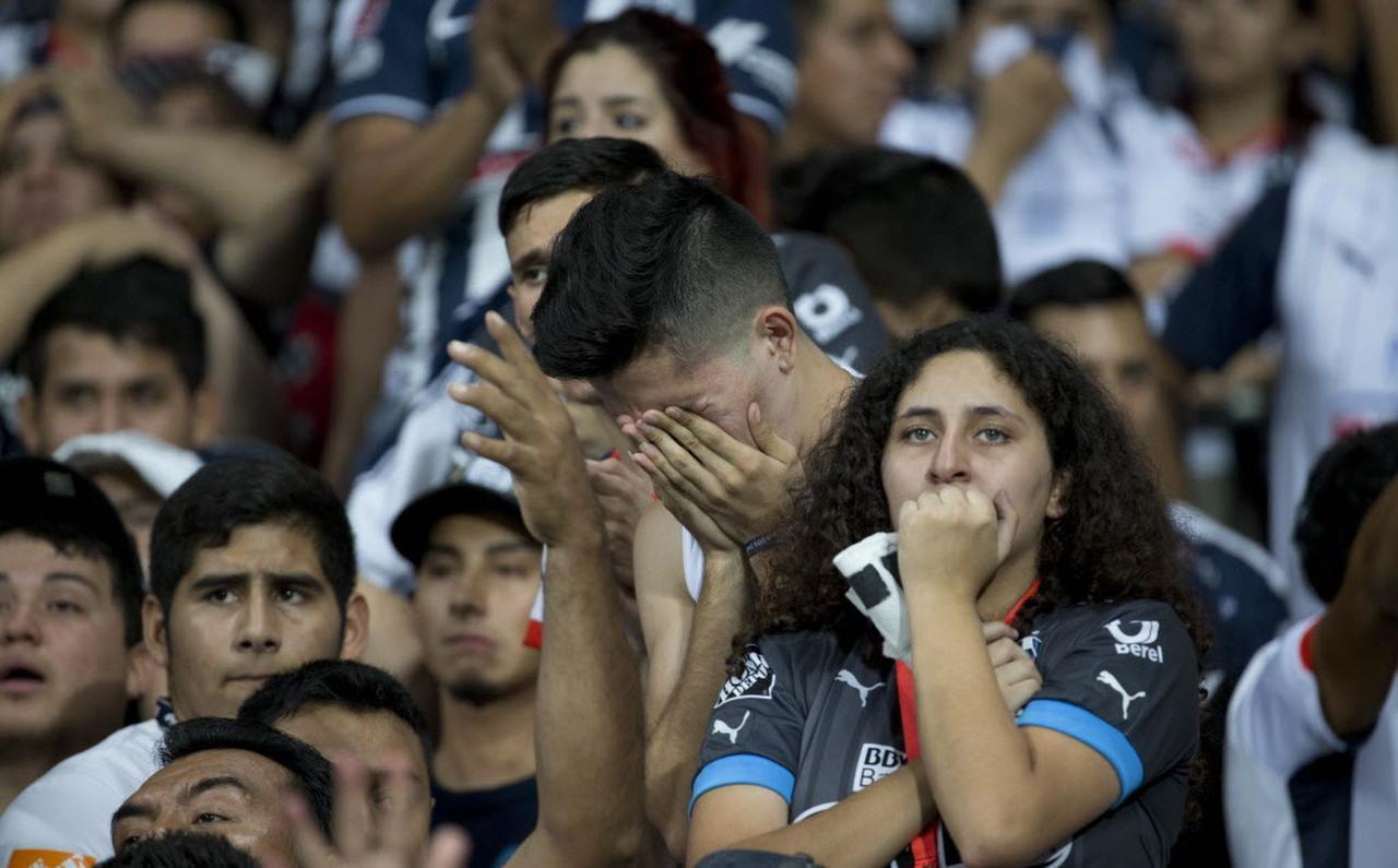 Aficionados a los Rayados del Monterrey lloran al ver a su equipo perder la final de la Liga MX.(AP)
