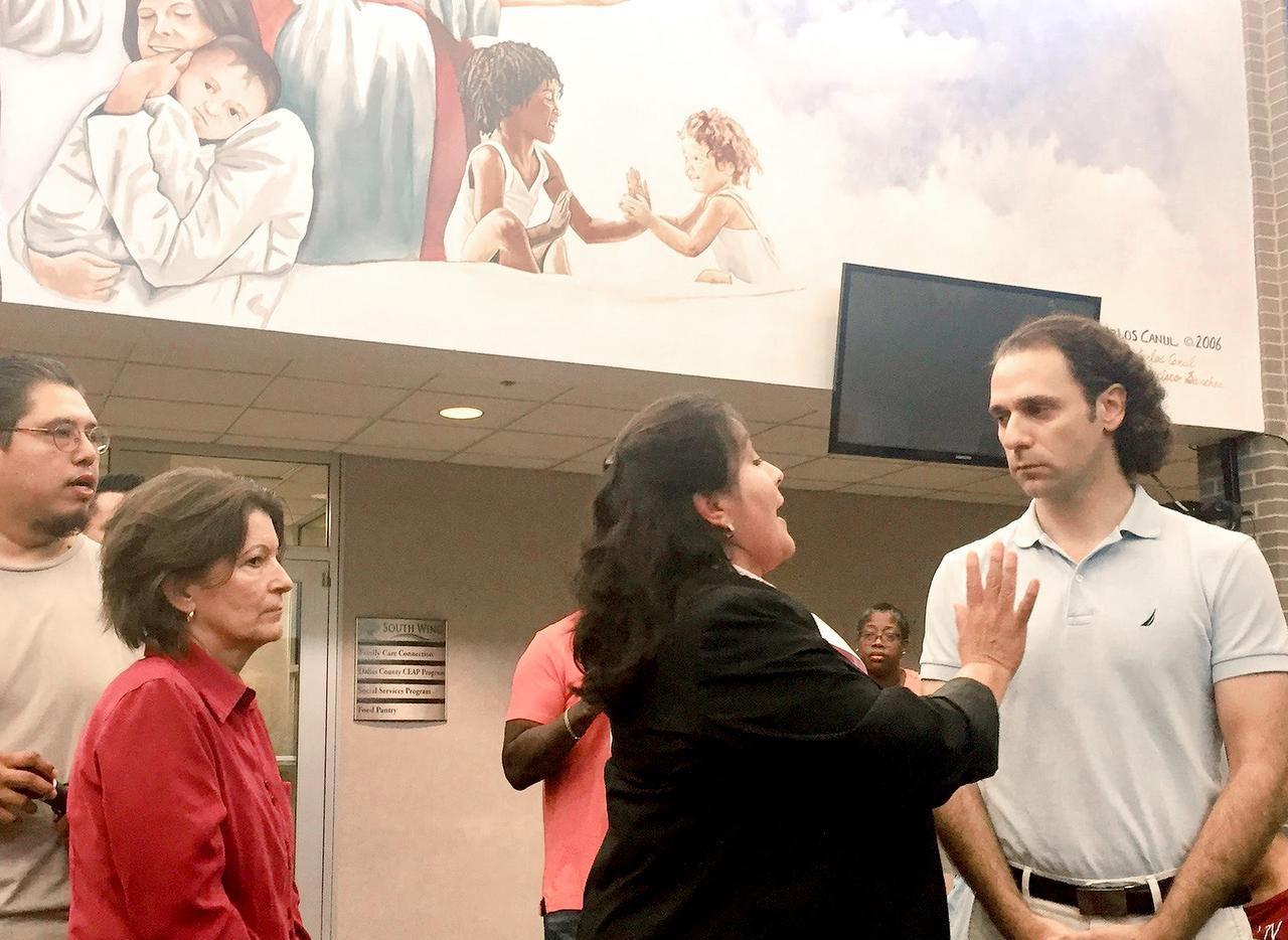 Khraish Khraish (der.), de HMK Ltd, la empresa que arrienda casas en West Dallas tuvo un tenso encuentro con inquilinos y líderes de la ciudad el sábado. (DMN/DIANNE SOLÍS)