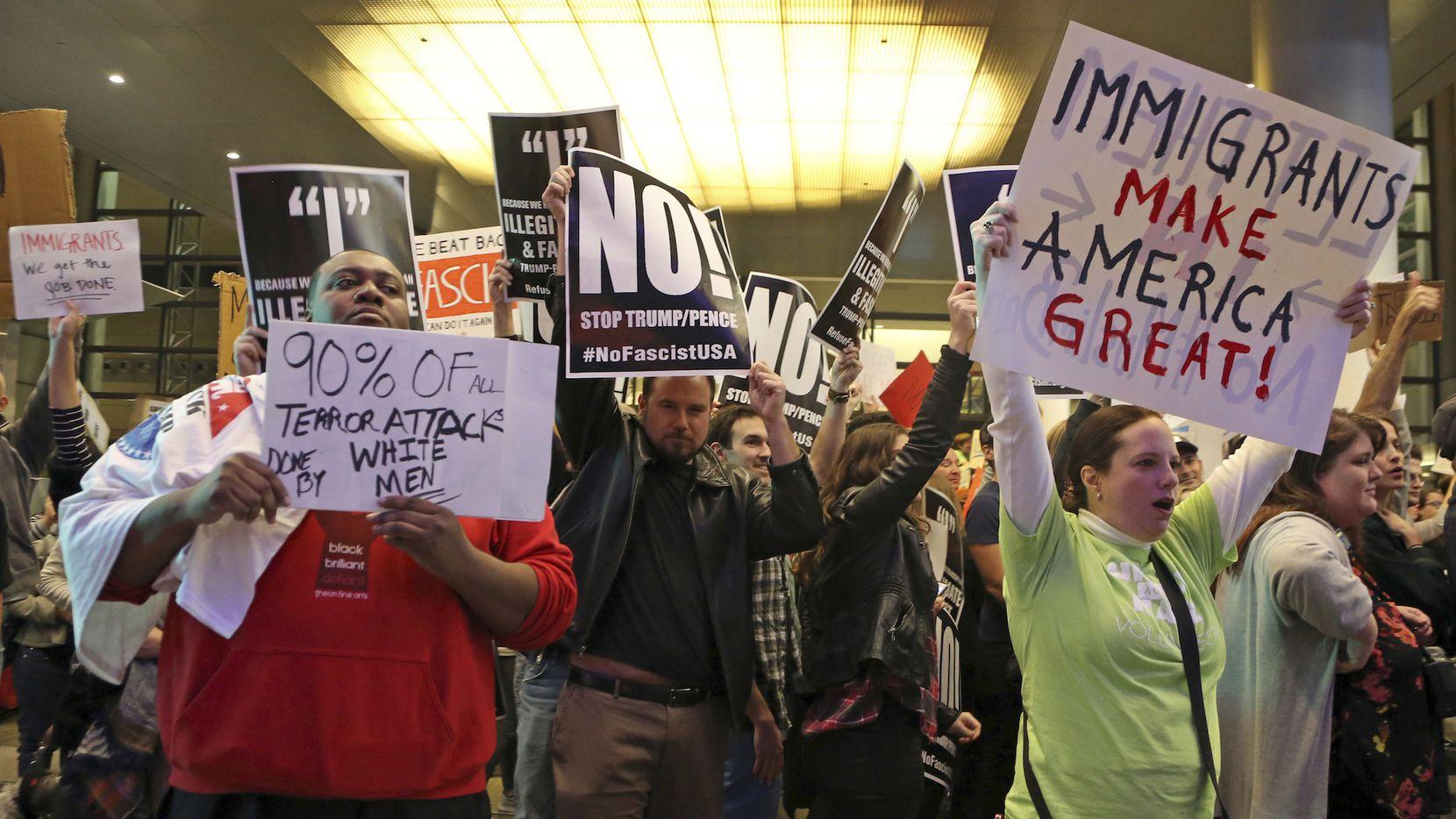 Personas protestan las órdenes ejecutivas del presidente Donald Trump de restringir ingreso de refugiados a Estados Unidos.