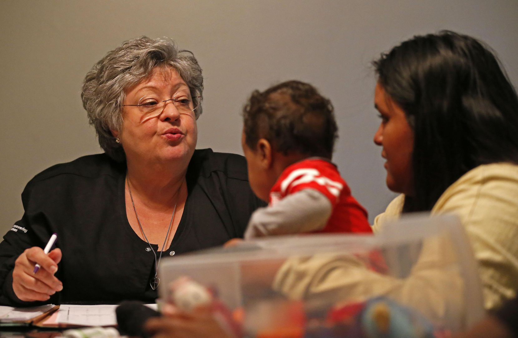 Suzanne Borman (izq.) junto a Genesis Cruz y Jayden, de 10 meses. La joven que quedó embarazada a los 14 años, dice que el programa la ayudó en sus primeros pasos como madre. JAE S. LEE/DMN