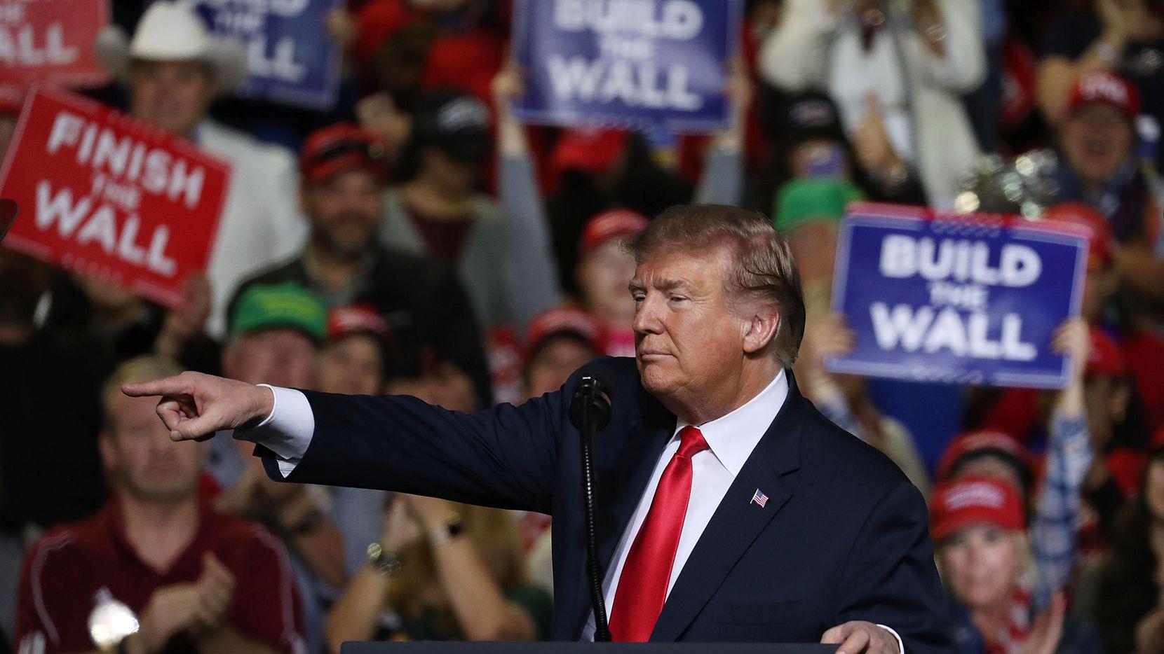 El presidente Donald Trump saluda a sus simpatizantes al llegar a El Paso, el lunes por la noche. (Getty Images/Joe Raedle)