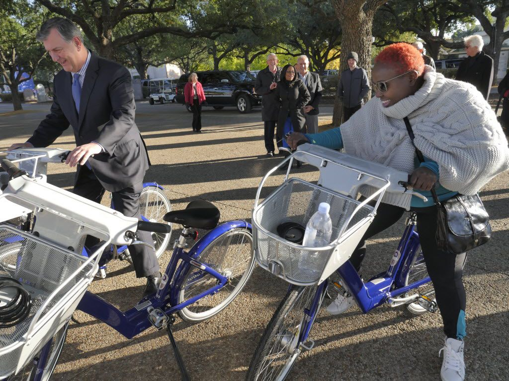 Then-Dallas Mayor Mike Rawlings, left, and then-City Council member Carolyn Davis debuted Fair Park's bike-share program station on Nov. 13, 2014.
