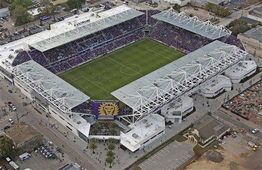 En esta foto desde el aire, se aprecia el nuevo estadio del Orlando City, durante el primer encuentro de la campaña, ante el New York City FC (Red Huber/Orlando Sentinel via AP)