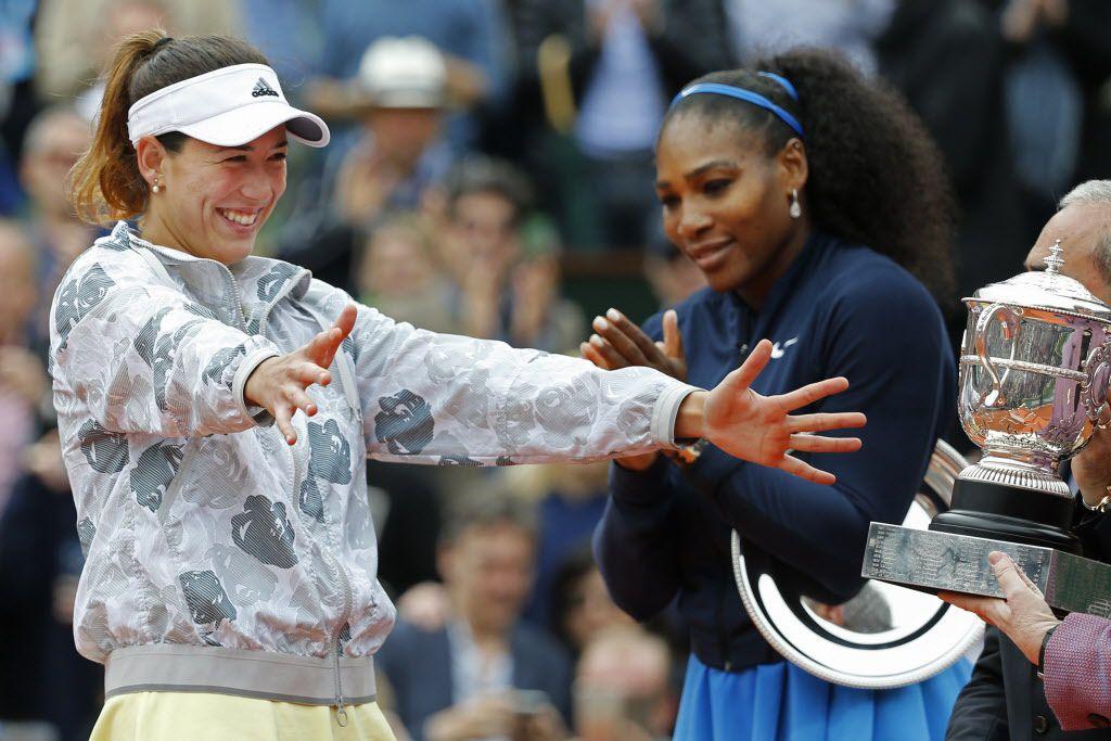 Garbiñe Muguruza se apresta a recibir su trofeo de campeona de Roland Garros ante la mirada de Serena Williams. Fotos AP