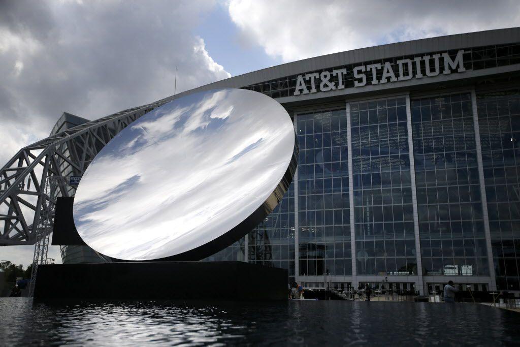 Boletos para el juego de Cowboys vs. Texans cuestan $25. Sky Mirror, afuera del AT&T Stadium. Foto DMN