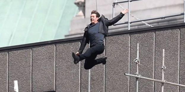 Tom Cruise en una escena peligrosa de Mission Impossible 6. Video de TMZ.