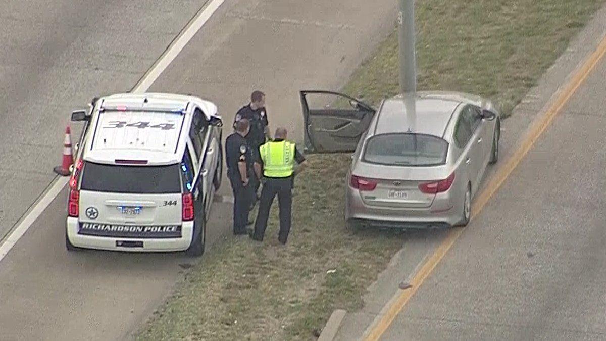 Unos agentes del Departamento de Policía de Richardson investigan un homicidio de ira en la autopista. Foto cortesía de NBC DFW 5