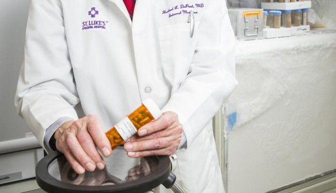 El doctor Herbert DuPont, del Centro de Ciencias Médicas de la Universidad de Houston, habla sobre tratamientos para la inflamación estomacal que involucran transplantes fecales. (DMN/SMILEY N. POOL)