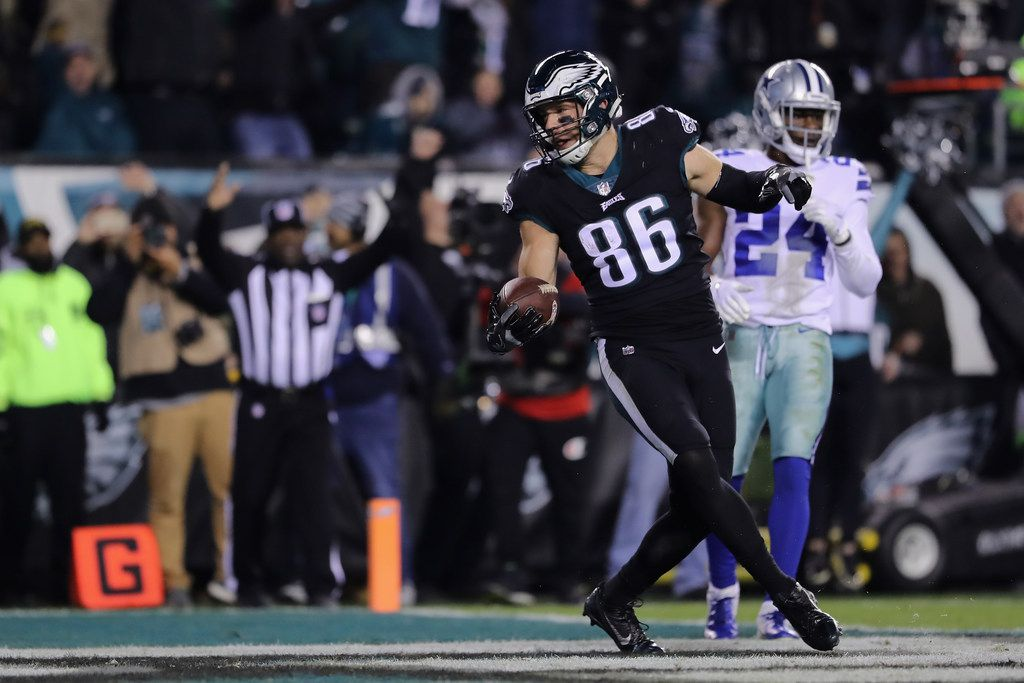 PHILADELPHIA, PA - NOVEMBER 11:  Tight end Zach Ertz #86 of the Philadelphia Eagles scores a touchdown against the Dallas Cowboys in the third quarter during the third quarter at Lincoln Financial Field on November 11, 2018 in Philadelphia, Pennsylvania.  (Photo by Elsa/Getty Images)