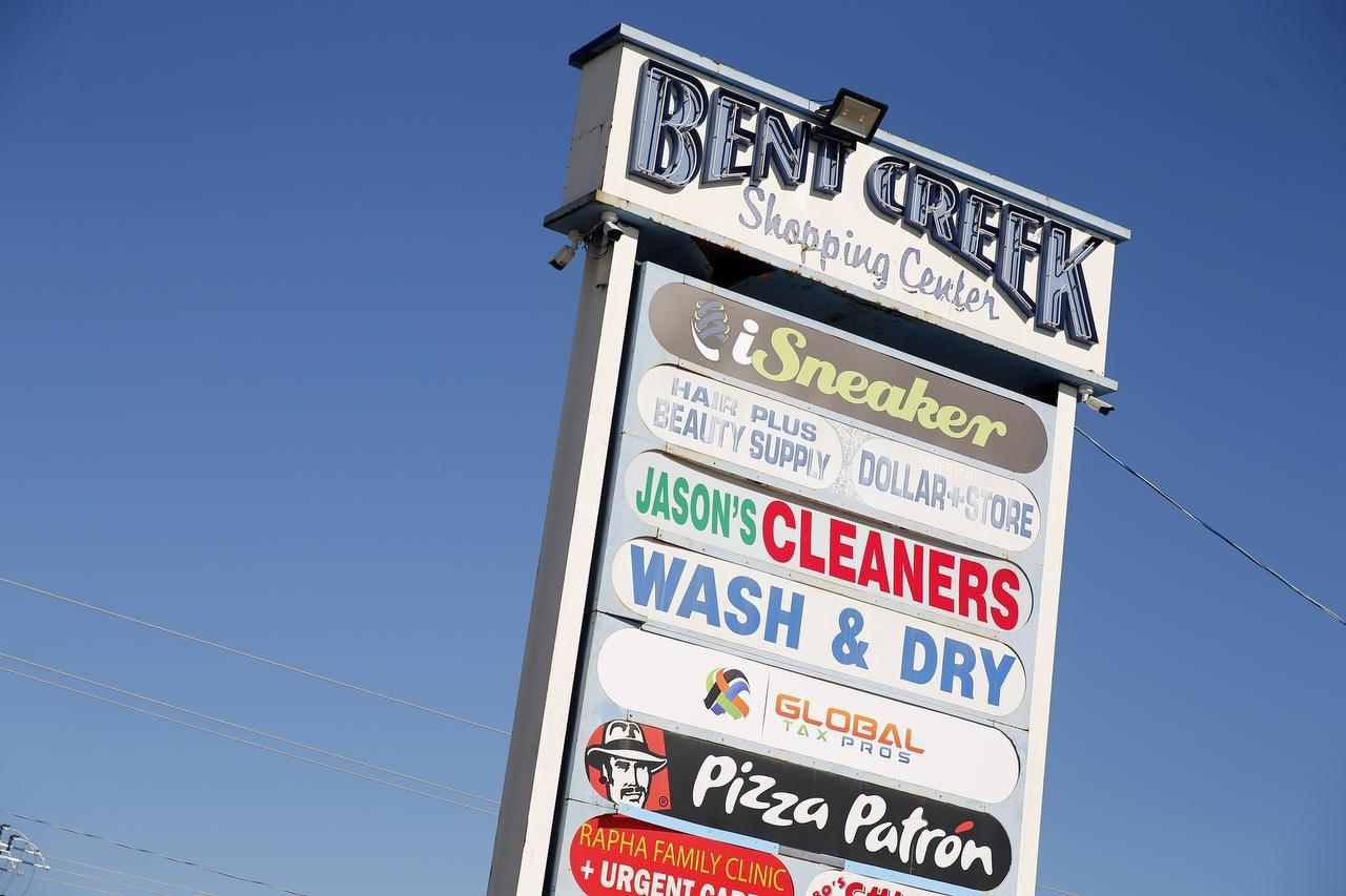 Un cartel del Bent Creek Shopping Center con la lista de sus locales. TOM FOX/DMN