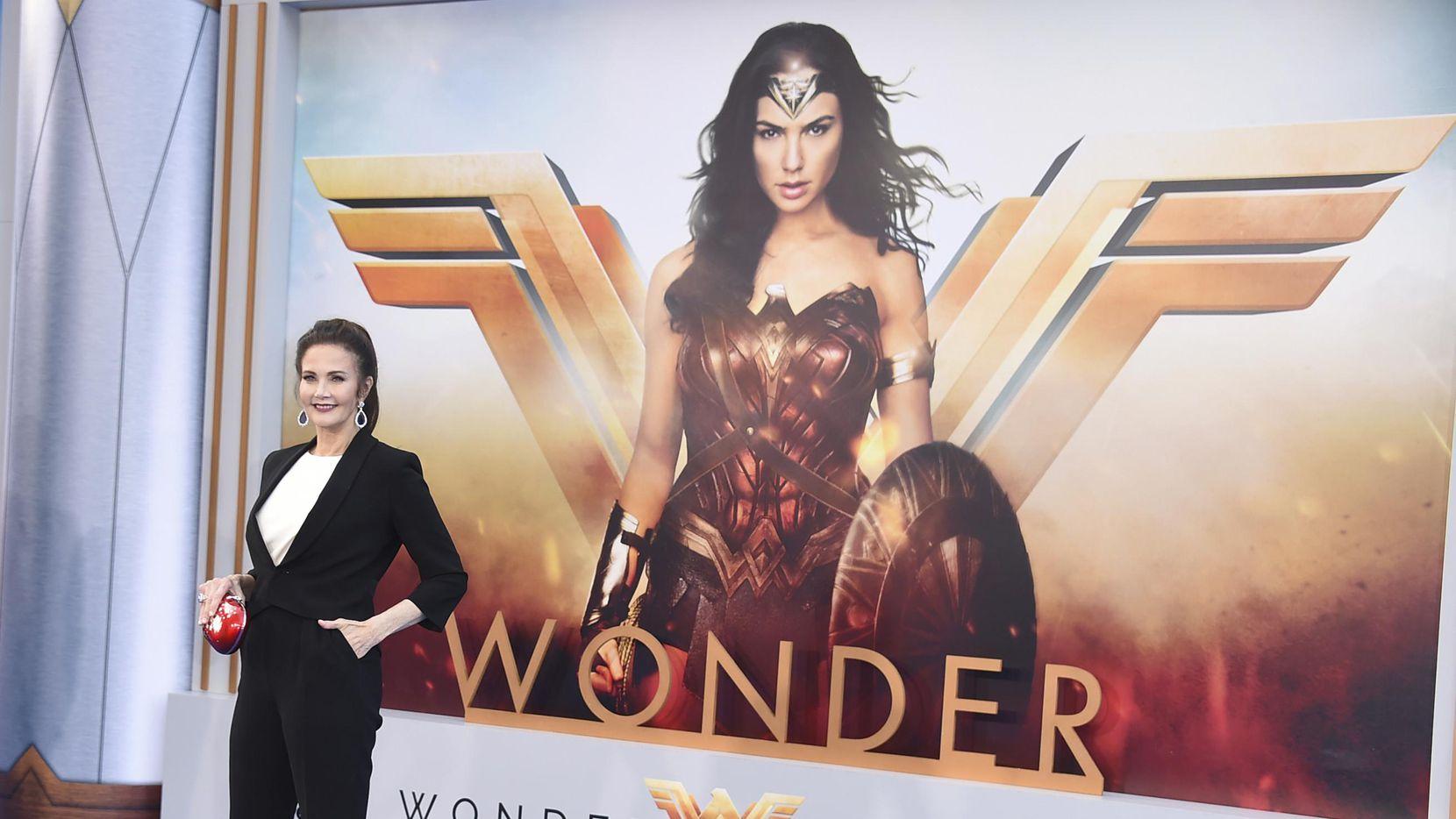 """La actriz Linda Carter, quien protagonizó la serie televisiva """"Wonder Woman"""" (La Mujer Maravilla), llega al estreno mundial del filme """"Wonder Woman"""" en el teatro Pantages de Los Ángeles. (Jordan Strauss/Invision/AP/JORDAN STRAUSS)"""