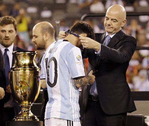 El jugador de la selección de Argentina, Lionel Messi, izquierda, recibe la medalla de subcampeón de la Copa América Centenario de parte del presidente de la FIFA, Gianni Infantino, tras perder la final ante Chile el domingo, 26 de junio de 2016, en East Rutherford, Nueva Jersey. (AP Photo/Julio Cortez)