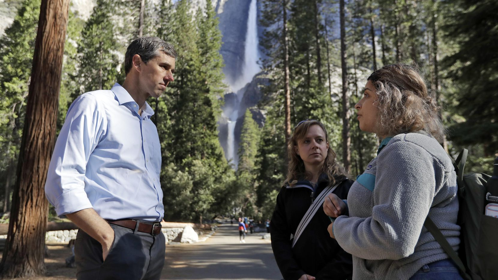 Beto O'Rourke platica con la directora de Sierra Nevada Research Stations, Anne Kelly, dentro del Yosemite National Park, Calif.(AP)