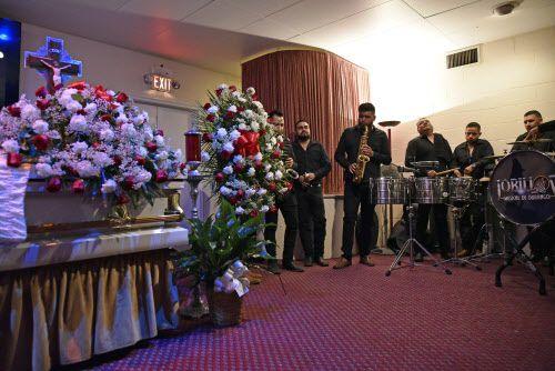 Lobillos Musical de Durango interpretan un tema para despedir a su compañero Rául Ortega, durante el velorio en East Dallas. BEN TORRES/AL DÍA