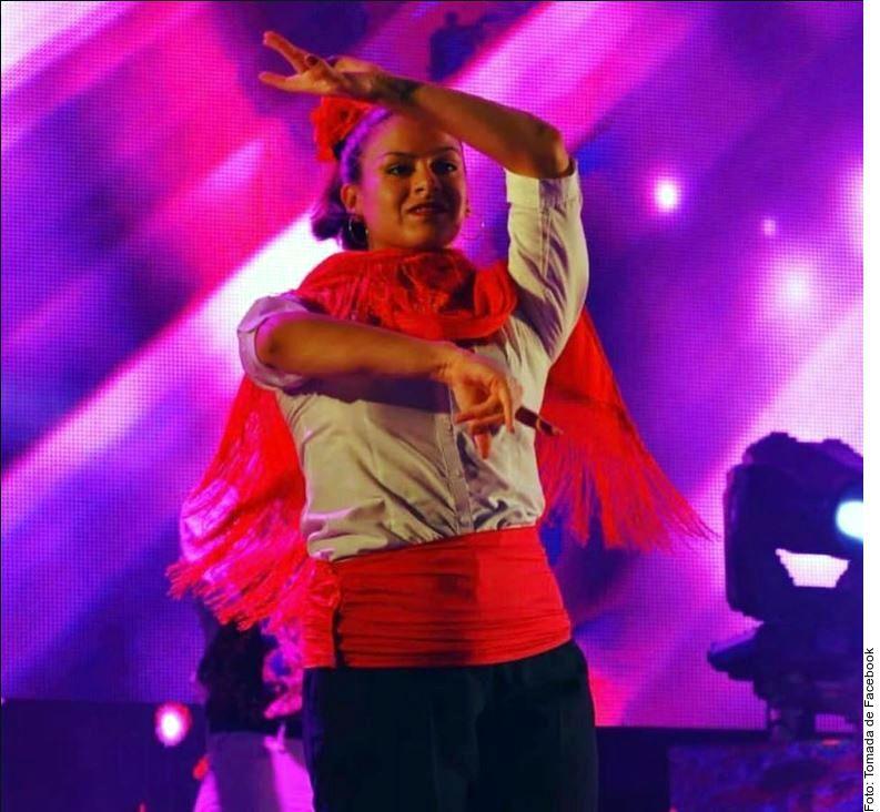 La cantante y bailarina española Joana Sainz García fue golpeada en el abdomen por un cartucho pirotécnico, mismo que explotó en su estómago, haciéndola caer en el escenario casi al final de su actuación.