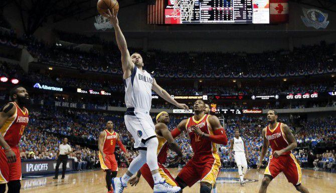 J.J. Barea fue fundamental para la victoria del domingo en la noche por 121-109 de los Mavs ante los Rockets (AP/TONY GUTIÉRREZ)