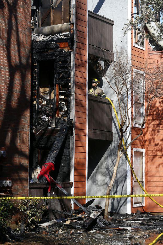 A Dallas firefighter works a 4-alarm fire at Villa Vista Apartments in Dallas, Saturday, Jan. 6, 2018. (Jae S. Lee/The Dallas Morning News)