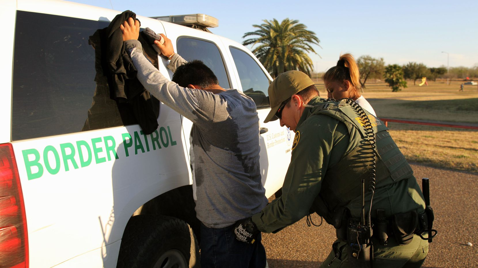 Agente de la Patrulla Fronteriza arresta a un inmigrante en la zona del Río GRande, al sur de Texas. GETTY IMAGES