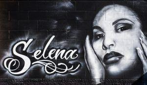 Un mural de la cantante Selena afuera de Country Burger en 401 S Hampton Road, el 11 de octubre 2018. (Por Ashley Landis/DMN)