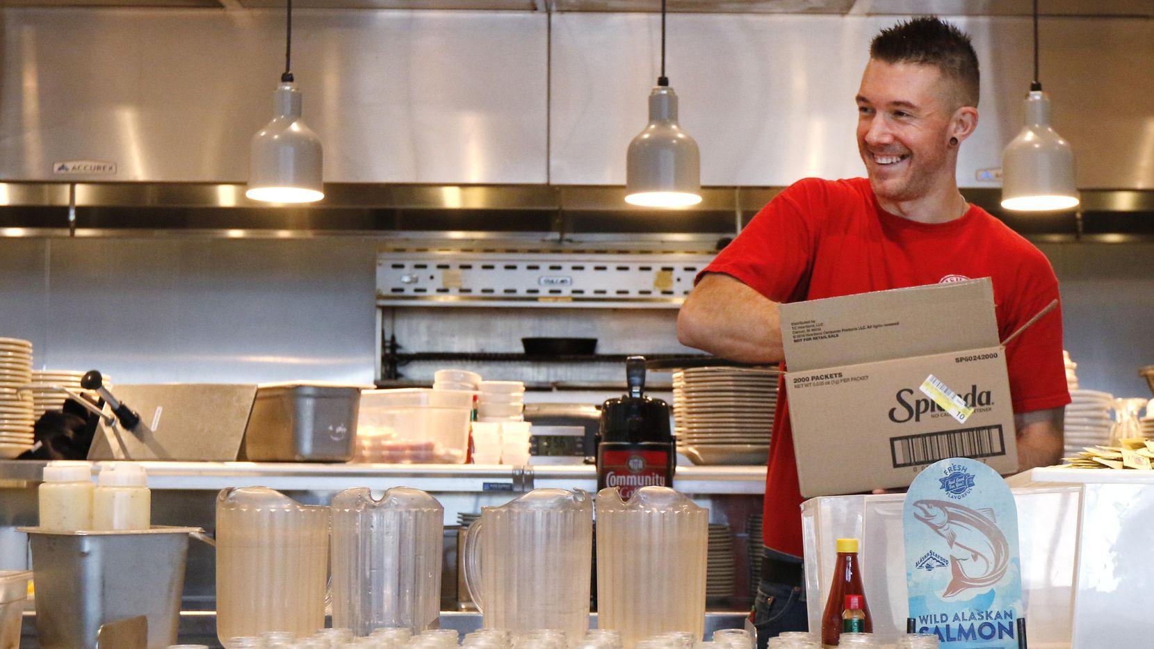 Corey Ahrens, de 37 años, utiliza el transporte público para llegar a su trabajo en Richardson. Abundan nuevos restaurantes en Dallas, pero no hallan empleados.