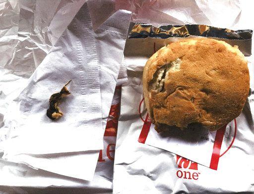 oto tomada el 25 de noviembre del 2016 de un sandwich de pollo de Chick-fil-A en que, según dice una mujer en una demanda, había una rata muerta incrustada en el pan. Foto facilitada por la mujer de la demanda, Ellen Manfalouti. (Ellen Manfalouti via AP)