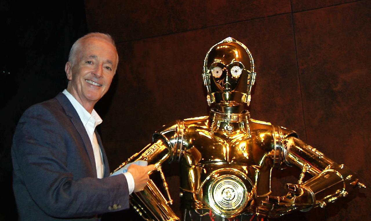 """Anthony Daniels y el robot que interpreta en """"Star Wars"""", el famoso C-3PO (AP/BRUCE BARTON)"""