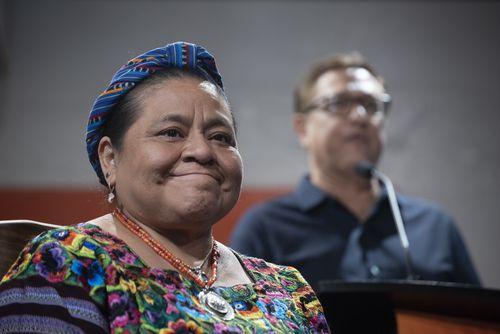 La ganadora del Premio Nobel Rigoberta Menchú sonríe mientras Jorge Baldor, fundador de Mercado 369 la presenta ante el público en en Oak Cliff el domingo 23 de septiembre de 2018. Foto:Rex C Curry / Especial para Al Día