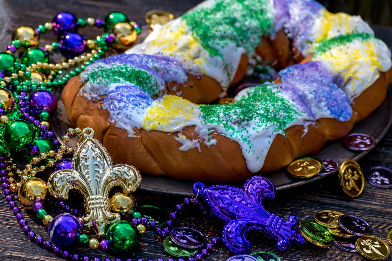 Un King Cake, rosca decorada con betún dulce de colores.(GETTY IMAGES)