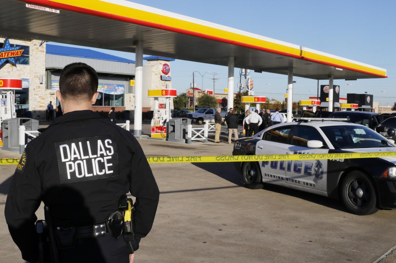 Policías de Dallas cordonaron un zona alrededor de una gasolinera en Oak Cliff después de que un agente encubierto fuera herido. (DMN/DAVID WOO)