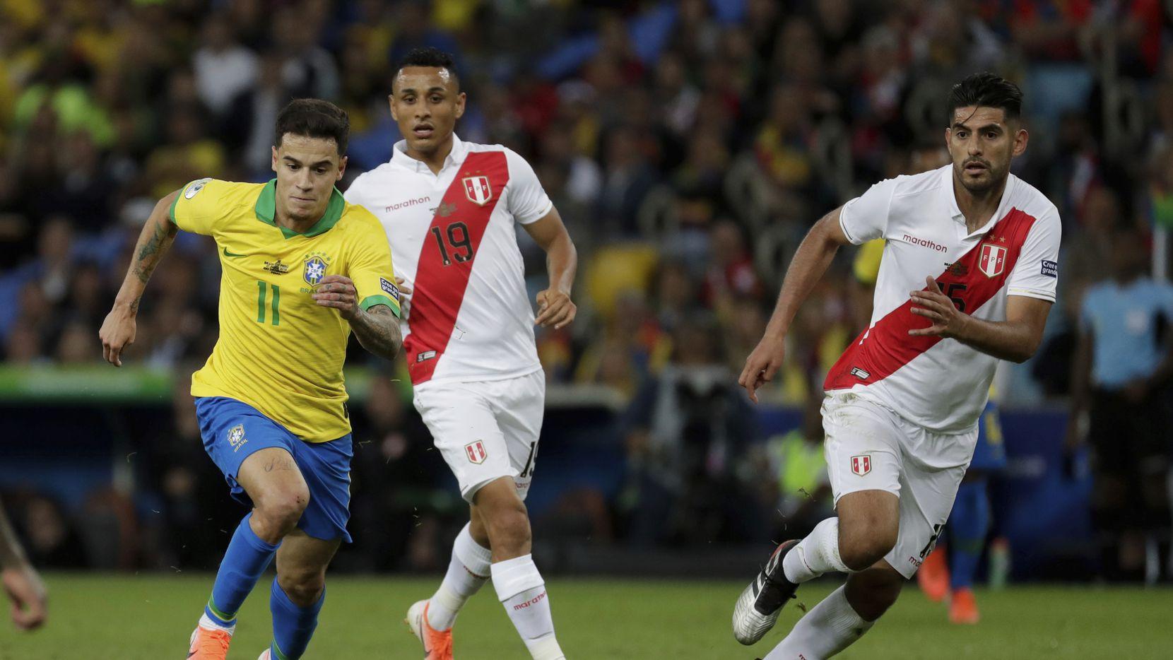 Philippe Coutinho de Brasil condice el balón en el partido de la final de la Copa América ante Perú en el estadio Maracaná. AP Photo/Leo Correa