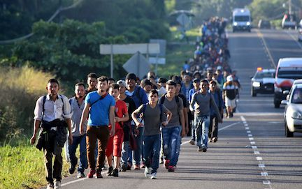 Un grupo de inmigrantes de Centroamérica camina por carretera de México, en su ruta a Estados Unidos.